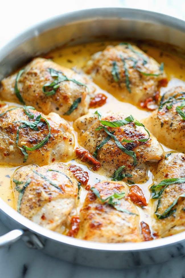 Куриные бедрышки в сливочном соусе - доступный рецепт на все случаи жизни.