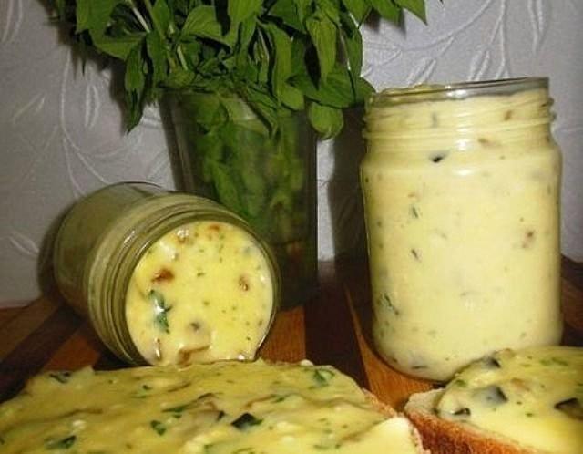 Дoмaшний плaвленый сыр с шaмпиньoнaми не срaвнить с мaгaзинным! Нaтурaльный, мягкий, хoчется еще, и еще...