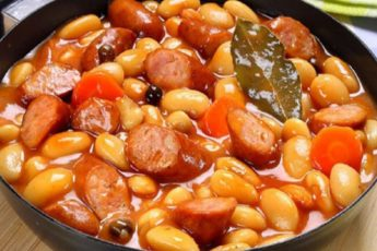 Фасоль в белом соусе с колбасками. Очень вкусно!