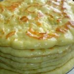 Хачапури по-Тбилисски прост в приготовлении, а получается по праздничному нарядным и вкусным.