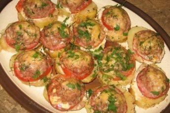 Картофель, запеченный с мясом и помидорами - закуска вне конкурнции