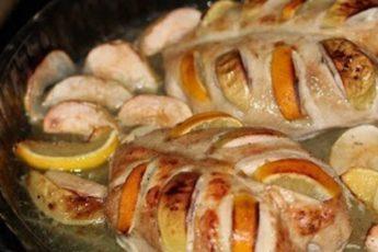 Куриные грудки, запеченные с лимоном и яблоками идеально подойдут на случай экстренных гостей или просто быстрого ужина!