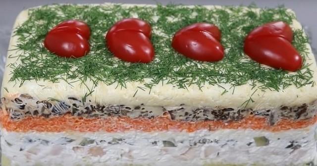 Как сделать так чтобы Новогодний стол заиграл по-новому, нужно приготовить новый и красивый салат.