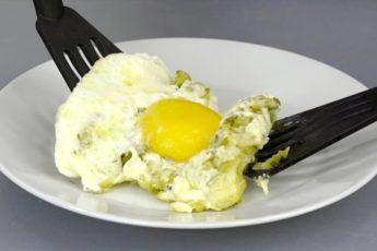 Просто добавляю к яйцам соленые огурцы и вкуснейший завтрак готов. Новый рецепт 1